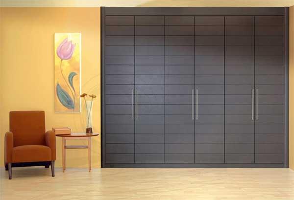 В узких комнатах, особенно в коридорах, дверцы шкафов могут доставить массу проблем