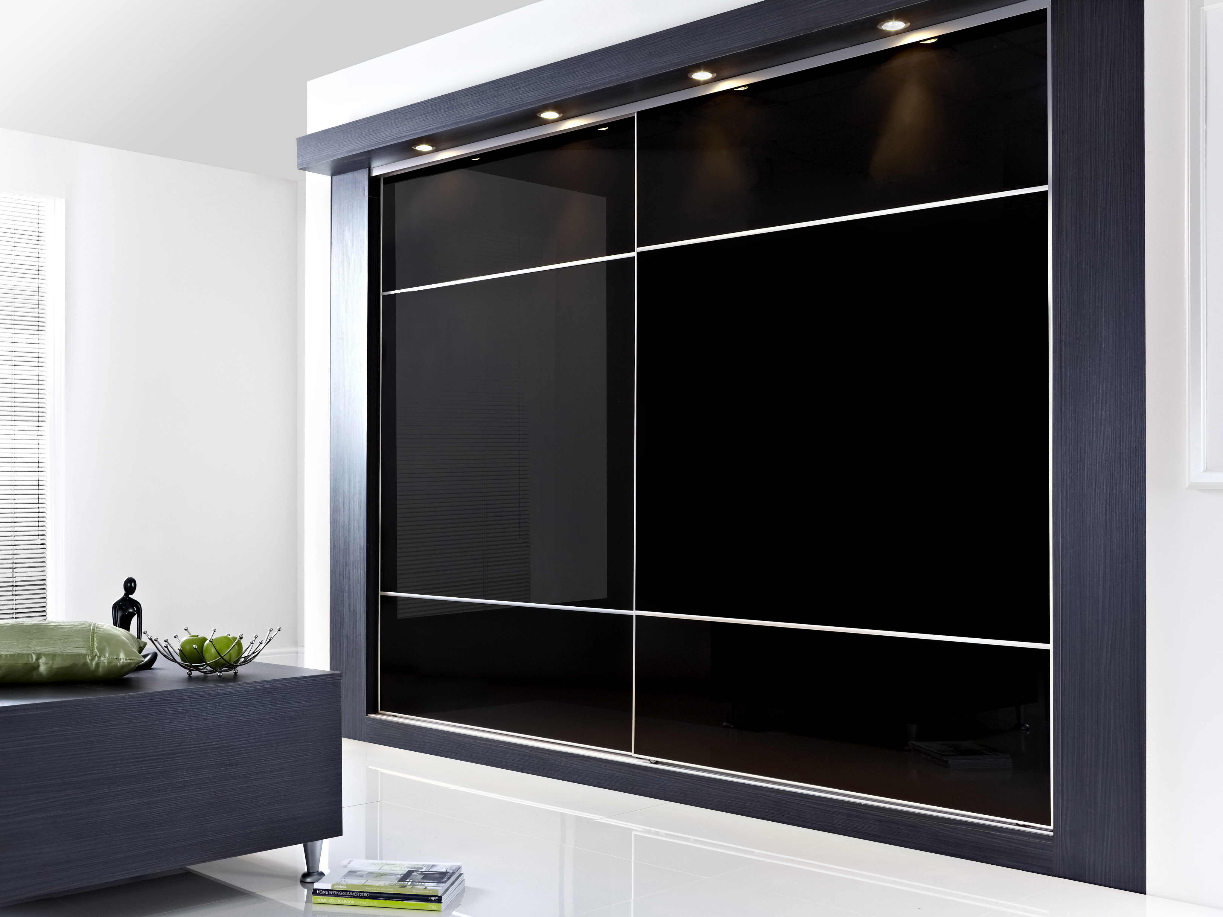 Встроенный черный шкаф купе