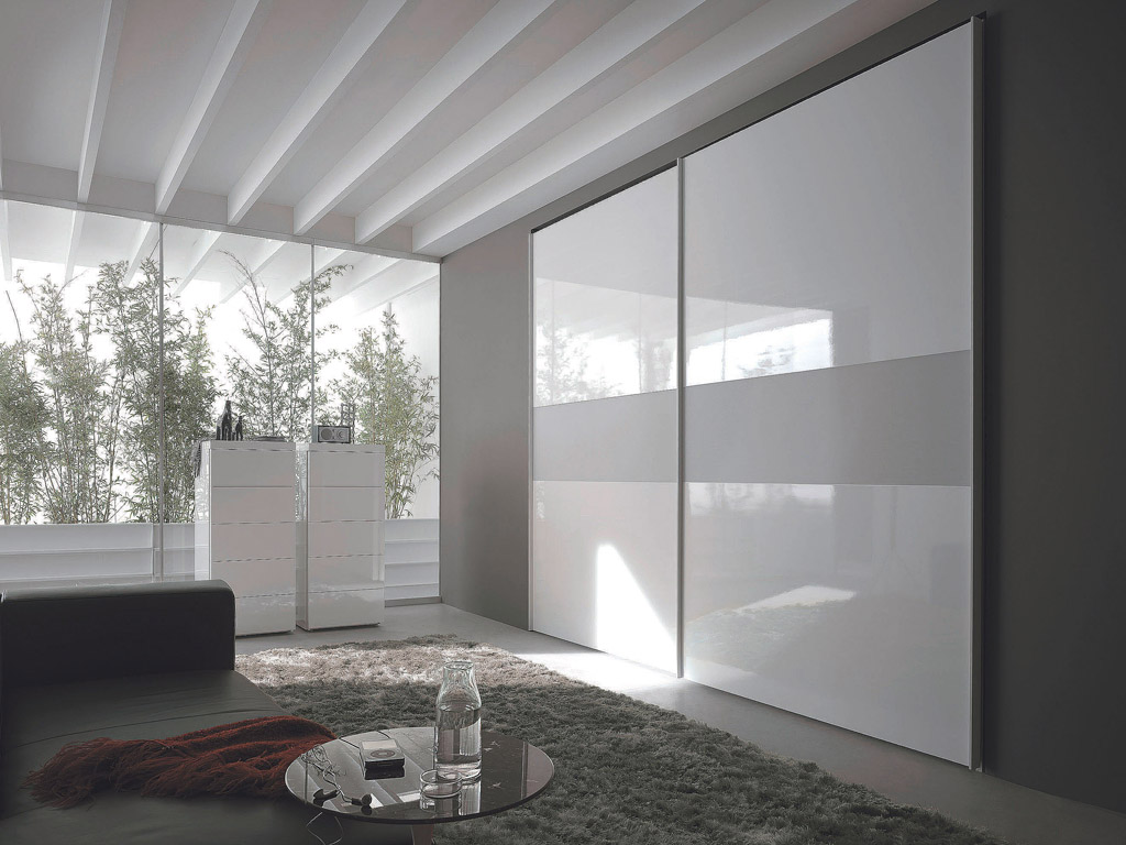 Встроенный шкаф с белоснежными фасадами