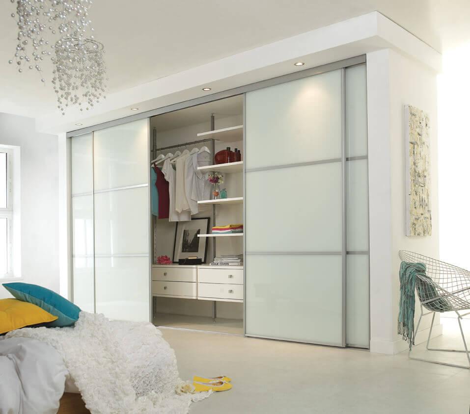 Встроенный шкаф с белым фасадом