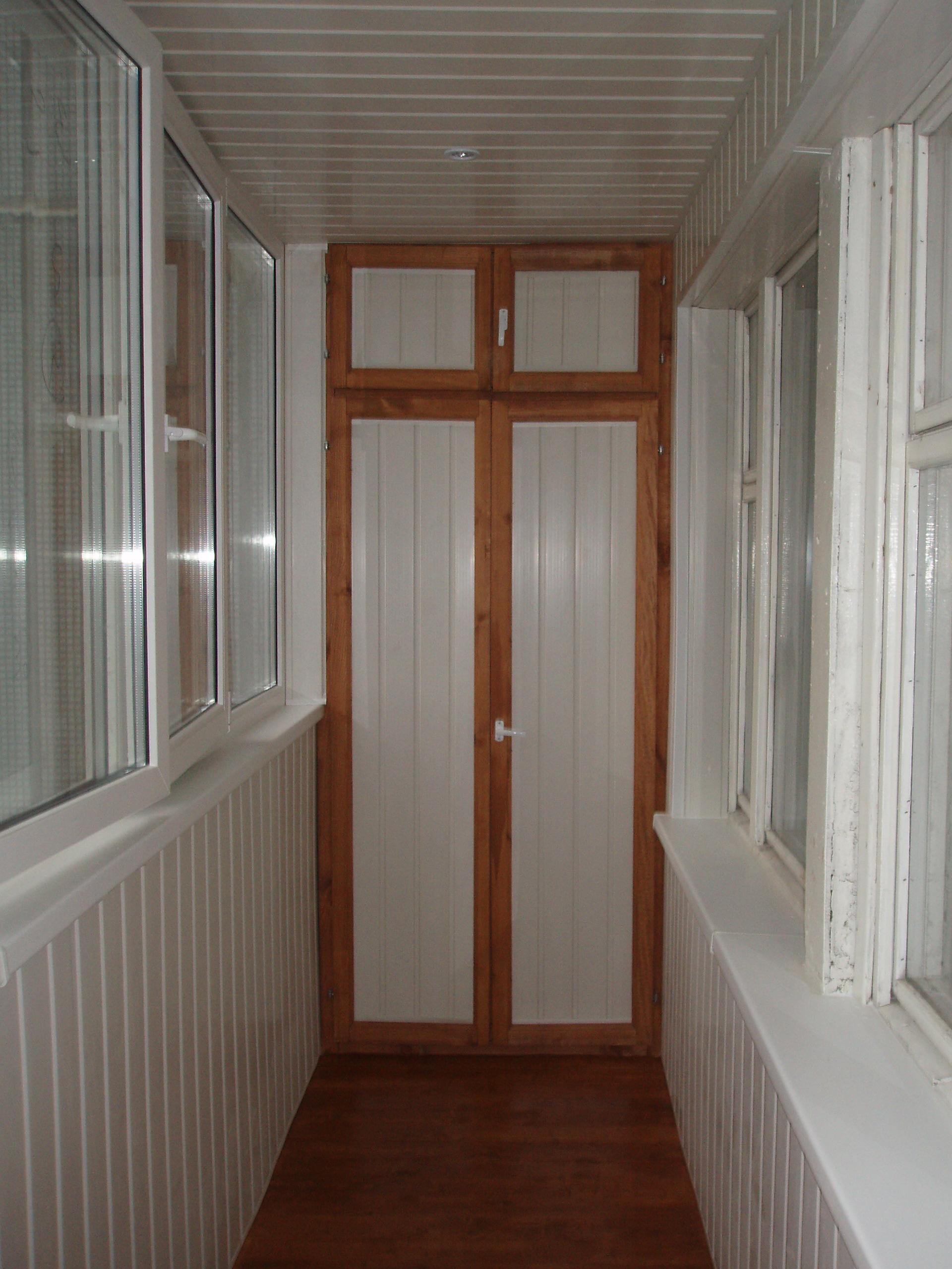 Встроенный шкаф с двумя отсеками и распашными дверями