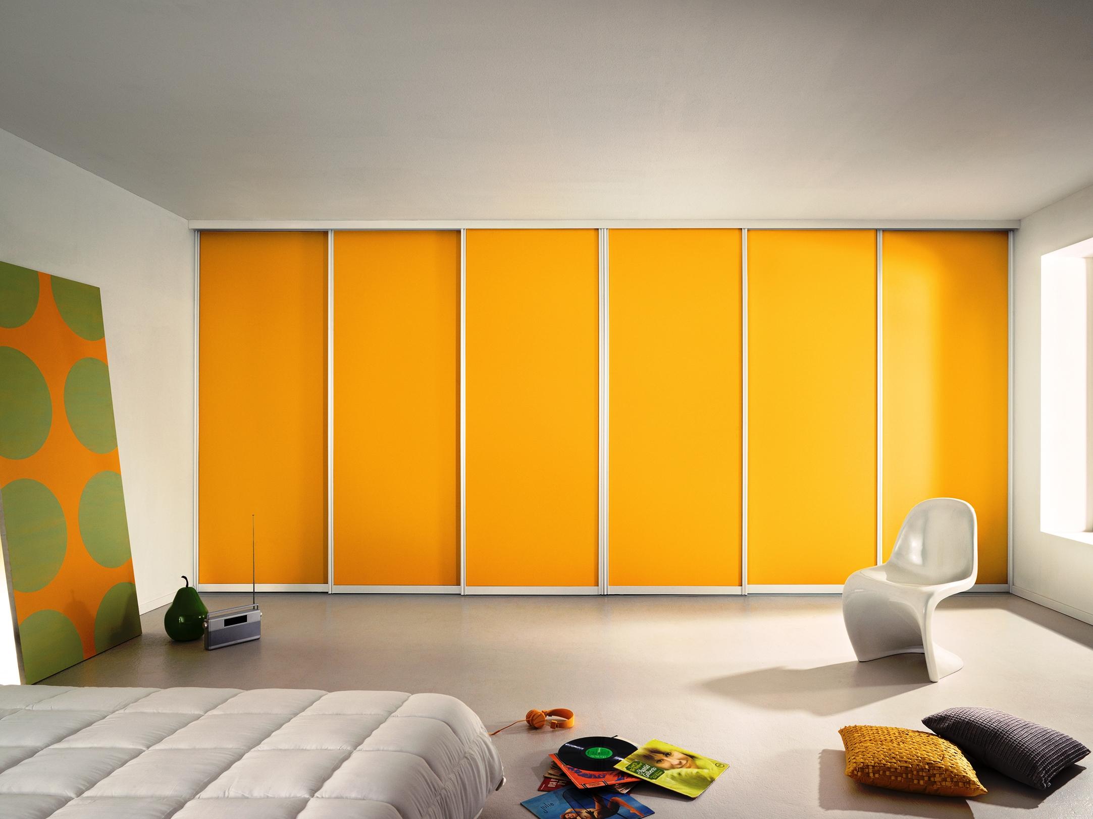 Желтый встроенный шкаф