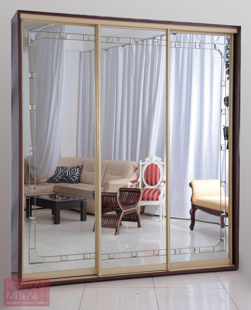 Зеркальный трехдверный шкаф