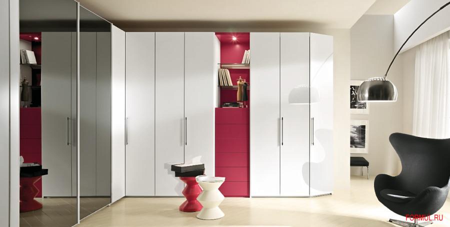 Белый шкаф с яркой вставкой