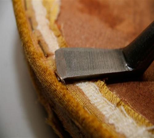 Демонтаж старой обшивки мебели