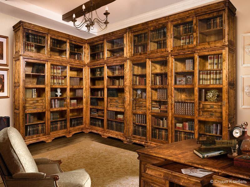 Деревянный книжный шкаф
