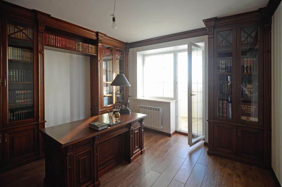 Деревянный шкаф в кабинет