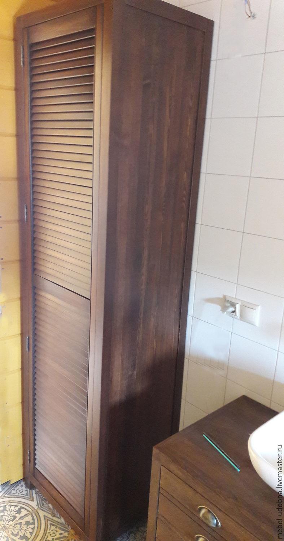 Деревянный узкий шкаф