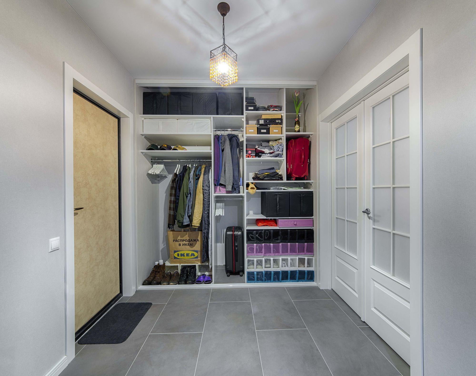 Еще один интересный вариант – гардеробный шкаф-купе