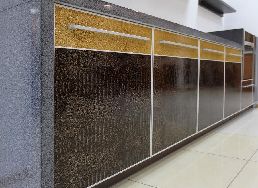 Фасады шкафов купе из натуральной кожи