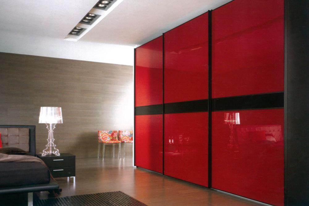 Красный шкаф с черной вставкой