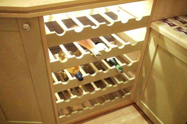 Нестандартный шкаф с наполнением для хранения алкоголя