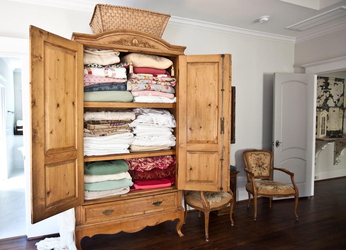 Шкаф для белья с полками