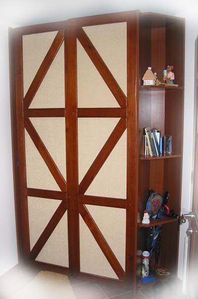 Шкаф с дверьми оформленные элементами фахверк