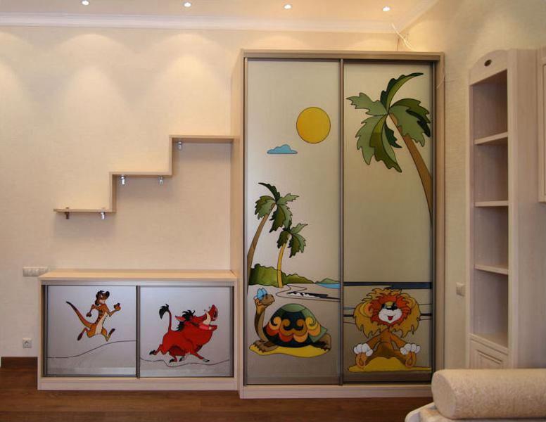 Шкаф в детской с витражами