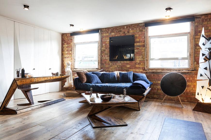 Синий диван в гостиной стилизованной под лофт