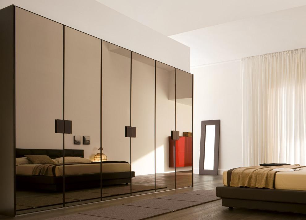 Современный шкаф в спальне