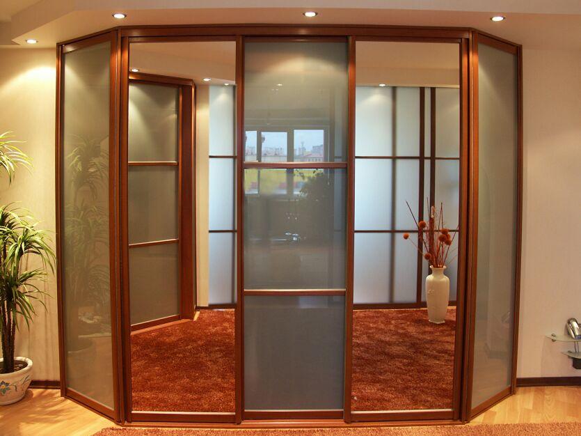 Трапециевидный шкаф в зал