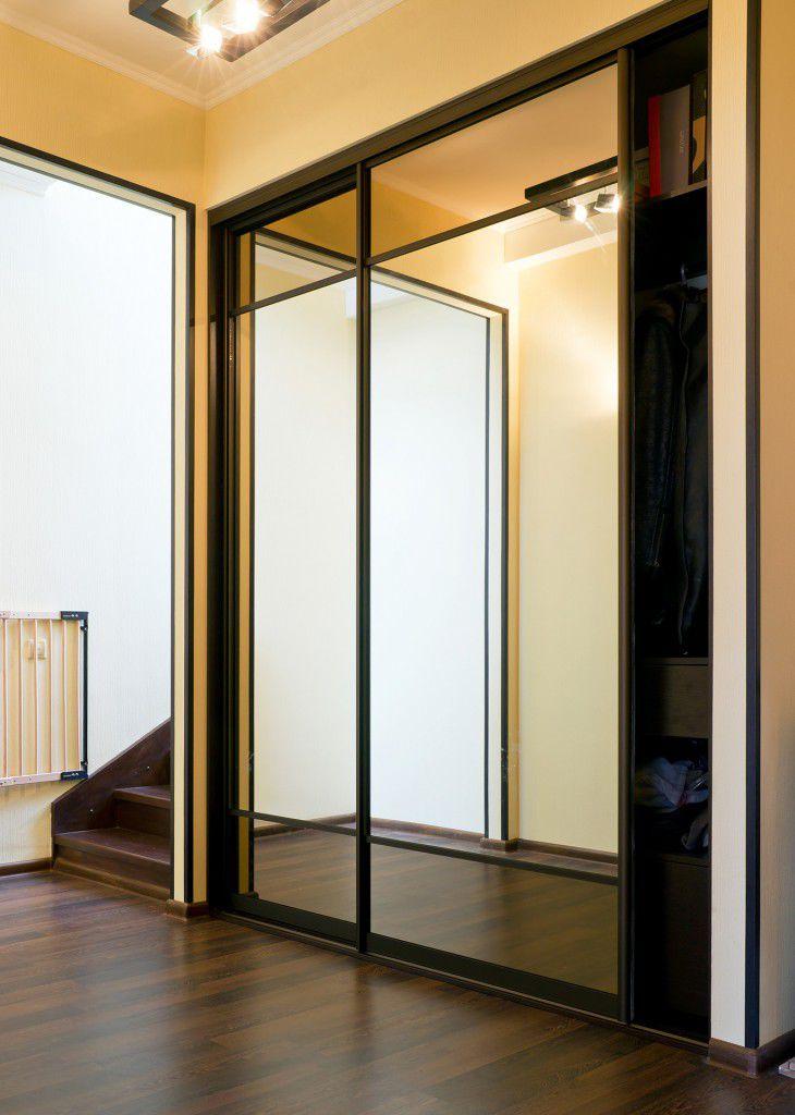 Узкий зеркальный шкаф