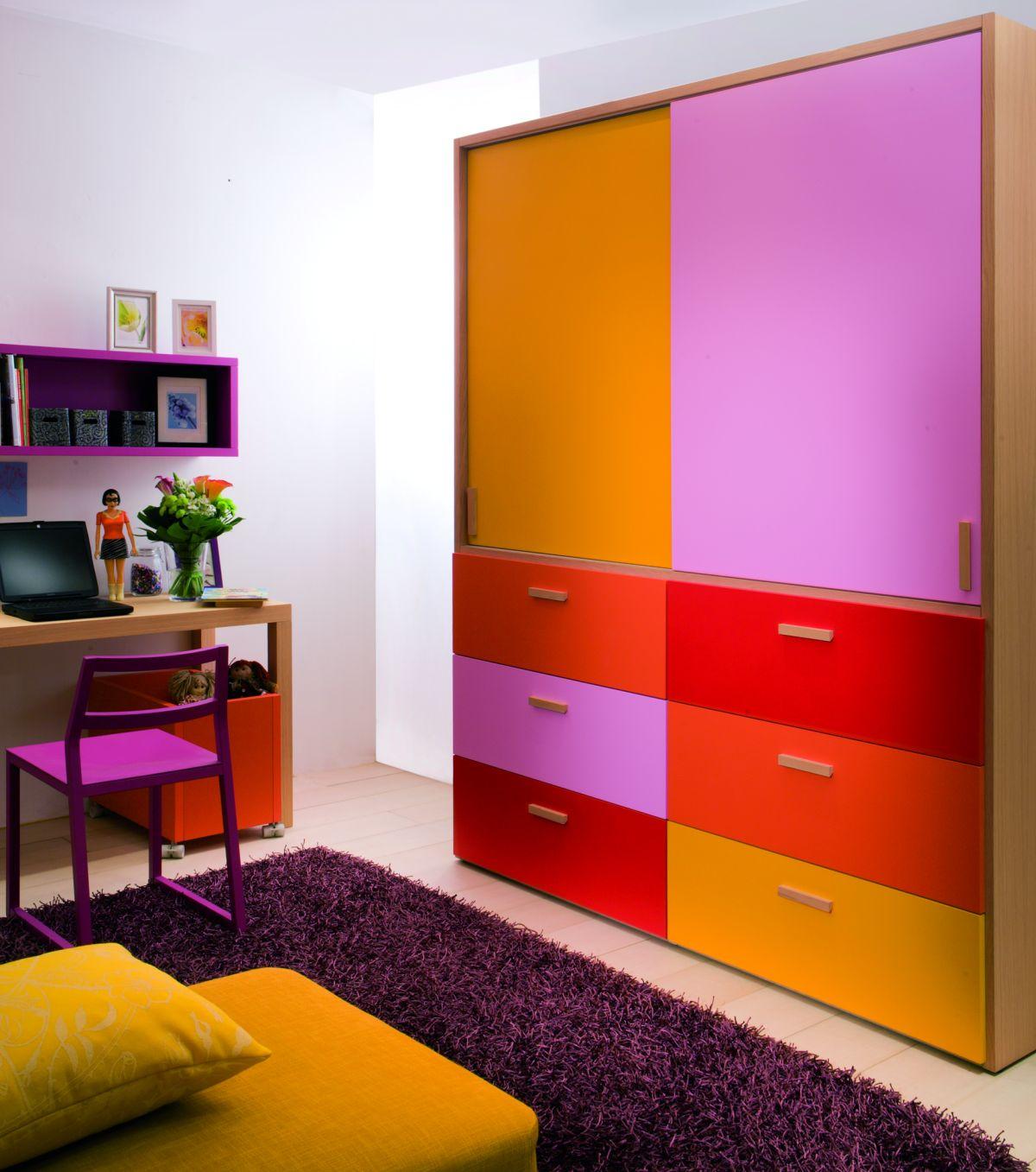 Яркий шкаф для детской