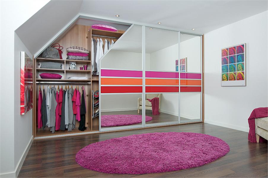 Зеркальный шкаф с яркими вставками