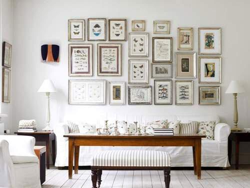 Белая мебель в классическом стиле на фоне белой стены