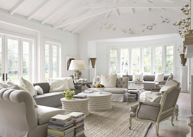 Белые предметы мебели в большой комнате
