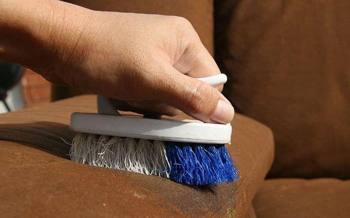 Чистка замшевой мебели щеткой