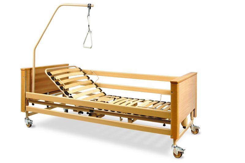 Деревянная кровать на колесиках