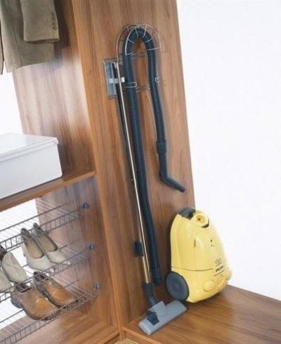 Держатель для пылесоса в шкафу