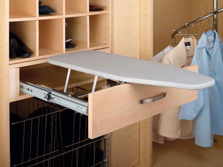 Гладильная доска в шкафу