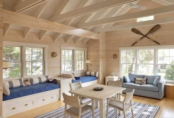 Интерьер зала в частном доме из деревянного бруса