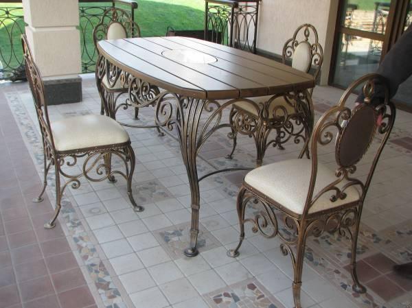 Красивый металлический стол