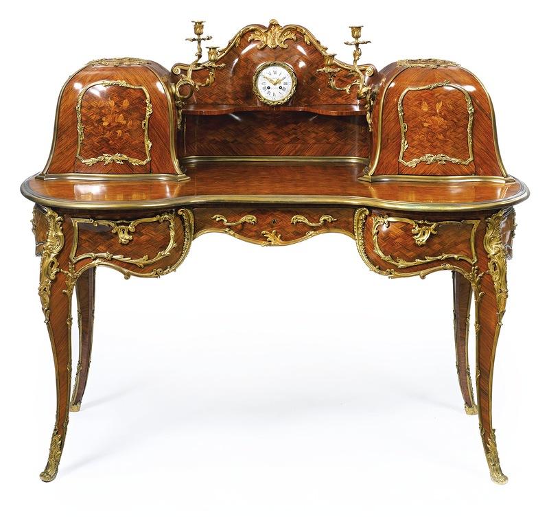 Красивый стол из дерева