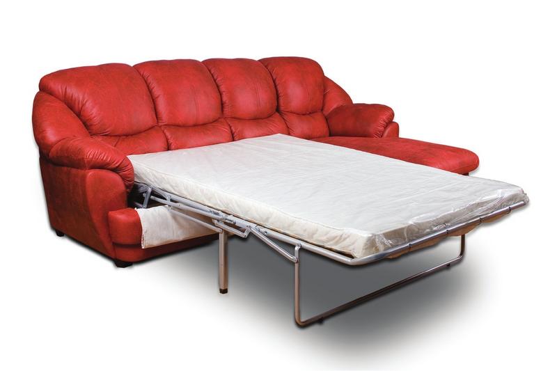 Красный практичный диван для гостиной