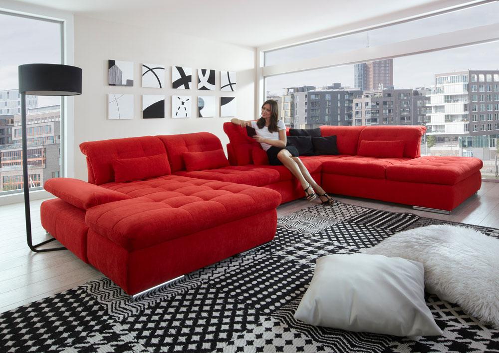 Красный яркий диван