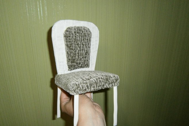 Крепим поролон к каркасу стула