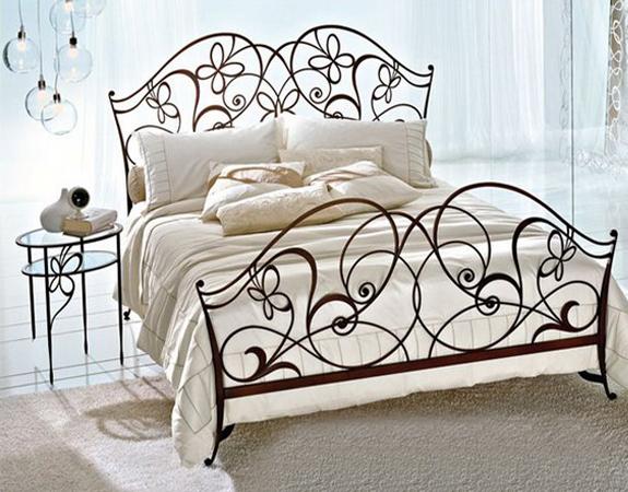 Кровать с красивым изголовьем