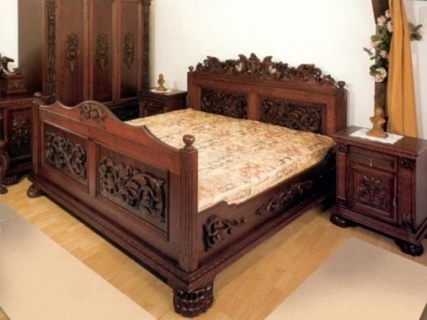 Кровать с красивым резным изголовьем