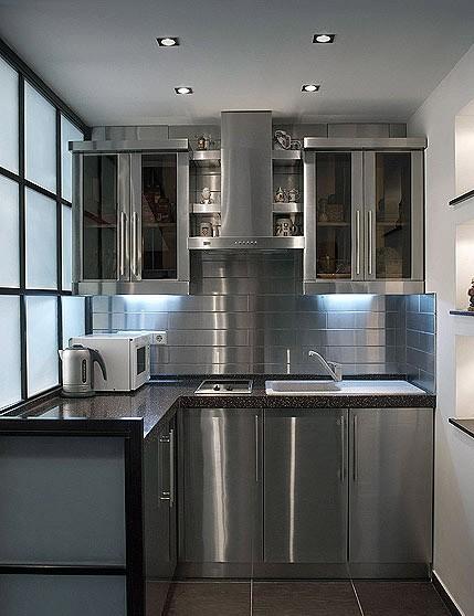 Металлические фасады подходят для кухонь