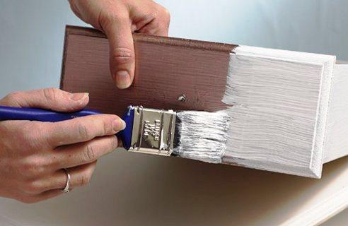 Наносим слой краски на мебель