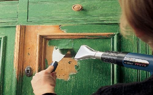 Очищаем краску со старой дверцы