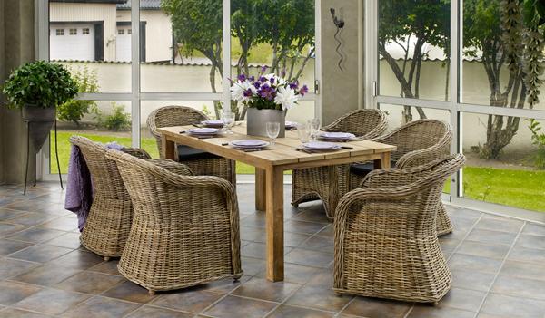 Плетеный красивый стол