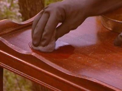 Покрытие мебели лаком