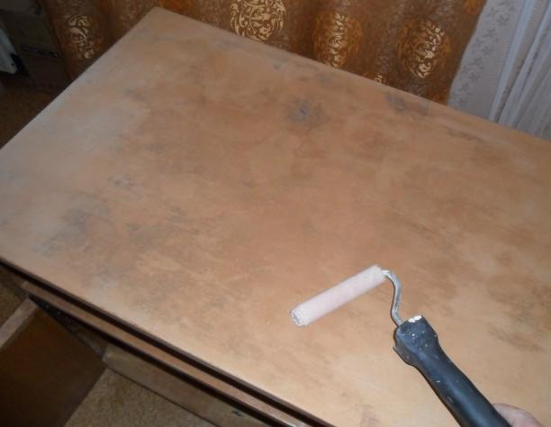 Покрываем поверхность мебели краской