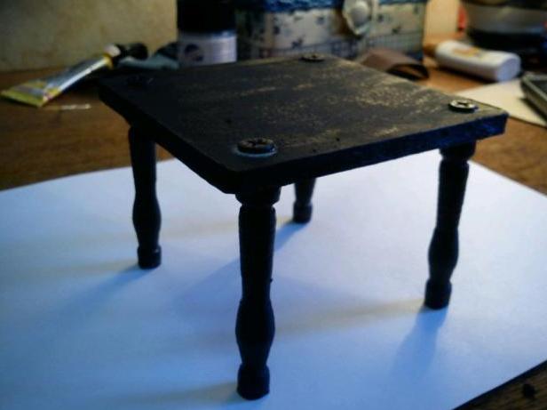 Покрываем стол краской
