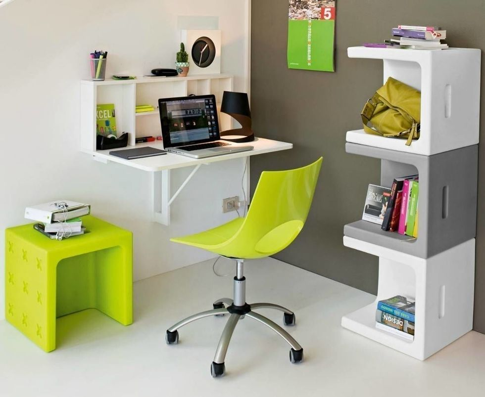 Полки и стол со встроенной функцией