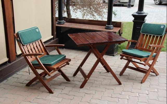Применение дереянного стола и стульев