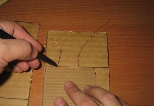 Pristavlyaem-samu-polku-i-delaem-pometki-s-pomoshhyu-markera-v-tom-meste-gde-budet-prohodit-provoloka Шкаф для куклы своими руками из коробки и картона