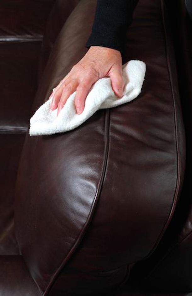 Протираем покрытие дивана сухой тряпкой